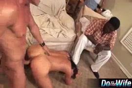 Un mari cocu filme sa femme en train de se faire creuser par une bite noire.