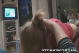 Une adolescente avec des petits seins suce et baise sur le canapé et une adolescente baise son ami.