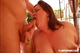 Une femme se fait pilonner par le meilleur ami de son mari devant les maris.