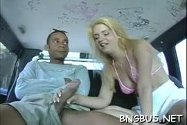 Une femme et homme en sexe toute nu