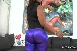 Amateur ebony adolescente aime à obtenir son cul baisé par la grosse bite noire.