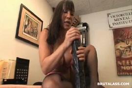 Adolescente se masturbant et se doigtant avec un gode dans son butt plug.