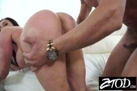 Une femme milf chaude prend une grosse bite dans son cul.