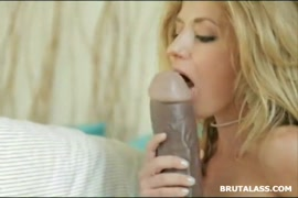 Un adolescent blond et mignon se masturbe avec un gode et se doigte le cul à la caméra.