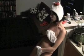 Porno dans le bain, fille en bas se masturber.