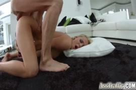 Une salope blonde au gros cul reçoit du sperme sur le visage.