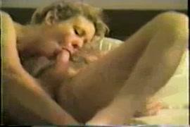 Une belle blonde montre son corps sexy, se fait lécher le cul et baiser au lit.