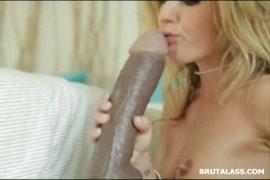 Masturbation avec un gode en verre dans son cul serré.