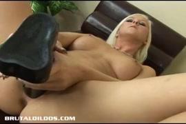 Hot babe blonde baise sa chatte avec un gode.