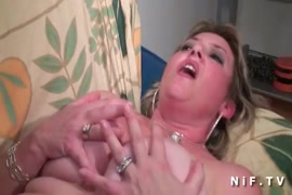 Jeune adolescente sexy prend une grosse bite dans le cul.