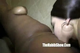 Ssbbw gros seins dans la baignoire baise sa chatte.