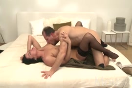Une jeune femme sexy se fait baiser par un vieux monsieur et reçoit du sperme dans la bouche.