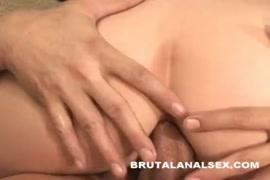Masturbation dune bimbo à genoux me suçant le cul.