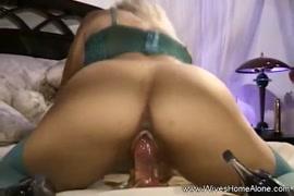 Solo femme se branle avec sex toy.