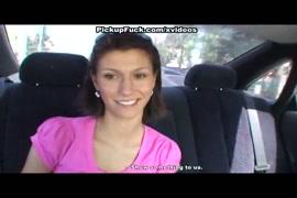 Amatuer girl sucer la bite et obtenir le sperme sur le siège de la voiture.