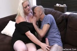 Bbc baise chubby chubby tandis que la femme est au travail.