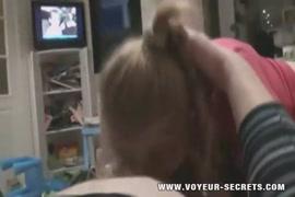 Amateur petite adolescente se déshabille et joue avec un vibrateur.