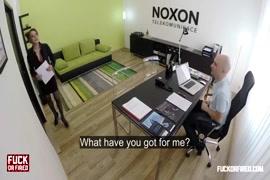 Vidéo xnxxx.com il baise le vagin dune fille endormie dans la chambre