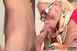 Sexe sensuel avec une blonde dans la baignoire.