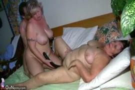 Hot chubby babe masturbation avec sex toy.
